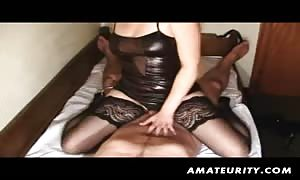 A cute black-haired noob girl int his amateur action ! It starts with a tug job and then a wonderful ass sex xxx action with a cumshot ! nice !